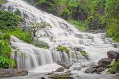 Mae Ya vattenfall i den Doi Inthanon nationalparken, Chiang Mai som är thailändsk Arkivbilder
