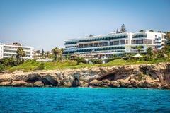 Maediterranean海的海岸线的旅馆 Ayia Napa, Cy 免版税库存图片