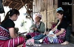 Maehongson, Tailandia, el 25 de febrero de 2018, mujeres de Karen de la tribu de la colina en local Fotos de archivo libres de regalías