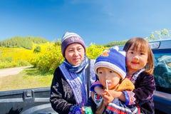 MAEHONGSON TAJLANDIA, NOV, - 11: Niezidentyfikowana A kobieta, childs i zdjęcie stock