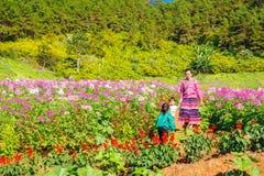 MAEHONGSON TAJLANDIA, NOV, - 11: Niezidentyfikowana A kobieta, childs i zdjęcia stock