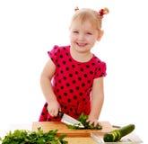 Małej dziewczynki rżnięta sałatka Zdjęcie Royalty Free