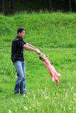 Małej dziewczynki sztuka z tata w naturze Fotografia Royalty Free