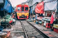 Maeklong铁路市场12 13 2018nTourists参观在曼谷之外的铁路市场和买从供营商的物品 免版税库存照片
