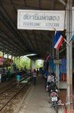 Maeklong驻地的火车站标志在Samut Songkram,泰国 库存图片
