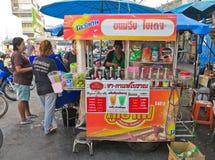 MAEKLONG, THAILAND-DECEMBER 11,2016 :咖啡在街道上的推车摊位在铁路市场或折叠的伞市场上20 12月, 11日, 免版税库存图片