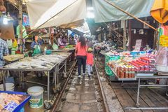 MAEKLONG, THAILAND-DECEMBER 02,2017 :著名铁路市场或折叠的伞市场在Maeklong,泰国, A著名市场 免版税库存照片