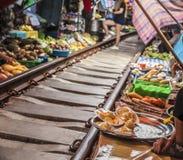 Maeklong-Eisenbahn-Markt stockfotos