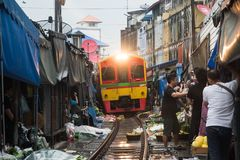 Maeklong kolei rynek, Tajlandia fotografia stock