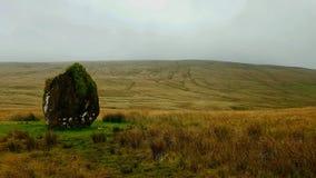 Maen LliaStanding石头Brecknock, PowysNearest镇:BreconNearest村庄:Ystradfellte 免版税库存照片