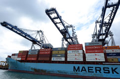 Maersk linje lastfartyg som lastar av behållare i portar av Auckland Arkivbild