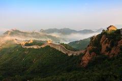 Maestà torreggiante di alba della Grande Muraglia in immagine stock
