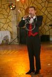 Maestrotrollkarlillusionisten visar på platsen för inredesignen Arkivfoton