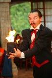 Maestrotrollkarlillusionisten visar på platsen för inredesignen Royaltyfri Fotografi