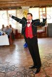Maestrotrollkarlillusionisten visar på platsen för inredesignen Royaltyfri Foto