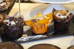 Maffins με τη σοκολάτα και το μπισκότο στοκ εικόνα