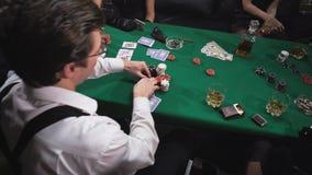 Mafia que juega el póker en la tabla almacen de video