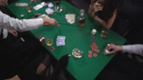 Mafia que juega el póker en la tabla almacen de metraje de vídeo