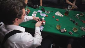 Mafia que juega el p?ker en la tabla almacen de video
