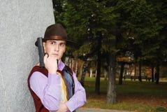 Mafiatyp mit Revolver. stockfotos