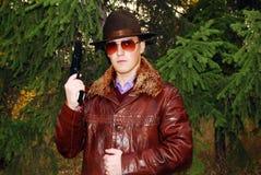 Mafiatyp mit Revolver. lizenzfreie stockfotografie