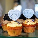 Mafins délicieux L'inscription est amour Le concept de la nourriture, Images libres de droits