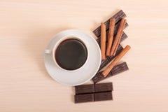 Mag und Schokolade auf Holz Lizenzfreies Stockfoto