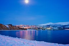 Magadan, bahía de Nagayeva, Extremo Oriente, en el nihgt Fotos de archivo
