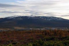 Magadan-Stadt und Marchecan-Hügel, Herbst stockbild