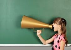 Magaphone de cri d'écolier près de tableau noir vide d'école, Co Photos libres de droits