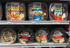 Magasin av enkelt nya sallader som är till salu på en livsmedelsbutik arkivbild