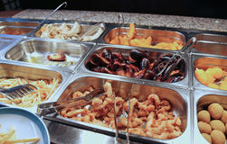 magasin av stekte foods i det kinesiska restaurangtagandet-bort Arkivfoton