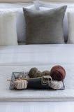 Magasin av virkning på vit säng Royaltyfri Fotografi