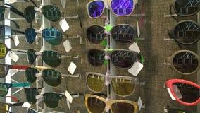 Magasin avec différents modèles de lunettes de soleil Image stock
