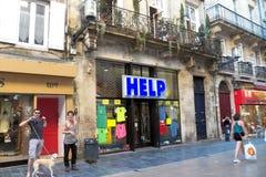 Magasin avec une AIDE d'inscription dans la ville du Bordeaux photo stock