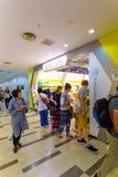 Magasin caucasien asiatique de Pokemon d'aéroport d'achats de mélange Photographie stock libre de droits