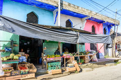 Magasin coloré dans la ville des Caraïbes, Livingston, Guatemala Image stock