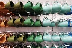 Magasin coloré de tasse tasses de différentes couleurs se tenant dans la boutique image libre de droits