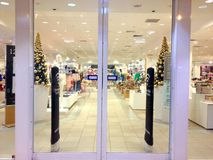 Magasin décoré par Noël ouvert pour des clients Images stock