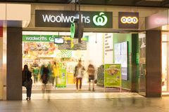 Magasin d'Adelaide Woolworths la nuit images stock