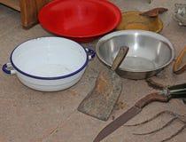 Magasin d'antiquités : cuvettes antiques et un fendoir Photographie stock