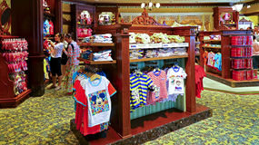 Magasin d'enfants de Disney chez Disneyland Hong Kong Photos stock