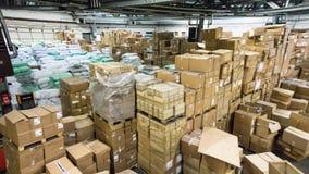 Magasin d'entrepôt entrepôt environnement de travail de cartons de hall Photographie stock libre de droits