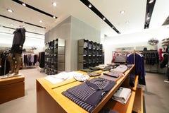 Magasin d'habillement européen avec la collection énorme image stock