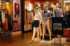 Magasin d'habillement ouvert Photo libre de droits