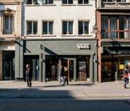 Magasin d'habits américain de fourgons dans des piétons de Frances marchant dedans pour Images libres de droits