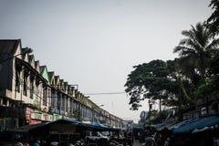 Magasin dans le serius avec le takein Indonésie Bogor de nuage et de photo d'arbre de plam Image libre de droits