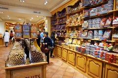Magasin de bonbons dans des Frances de Paris images stock