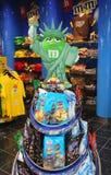 Magasin de bonbons de M&M situé sur le terminal 7 dans l'aéroport de JFK Images stock