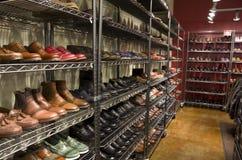 Magasin de chaussures élégant d'habillement d'homme Images libres de droits